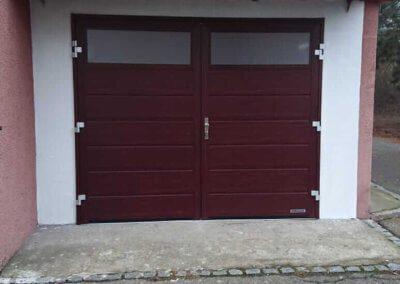 Dvoukřídlá garážová vrata Hörmann mahagon s prosklením