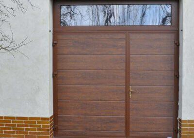 Dvoukřídlá garážová vrata ořech