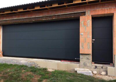 sekční garážová vrat hormann s pohledově stejnými vedlejšími dveřmi