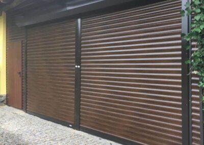 Rolovací garážová vrata imitace ořech na elektrický pohon a obložená stěna