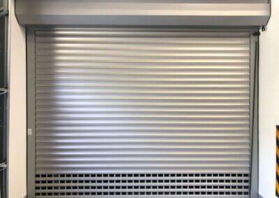 stříbrná rolovací vrata pro hromadné garáže