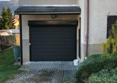 hnědá rolovací garážová vrata na fasádu s pohonem