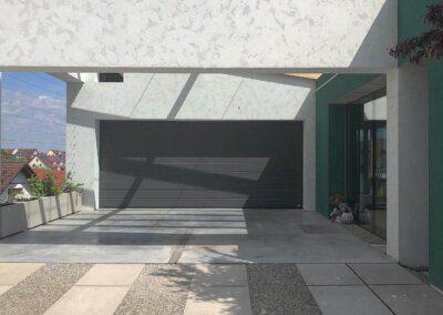 Exkluzivní garážová vrata Hörmann v antracitové barvě.