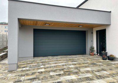 Sekční garážová vrata Hörmann silkgrain ral 7016 u moderního domu